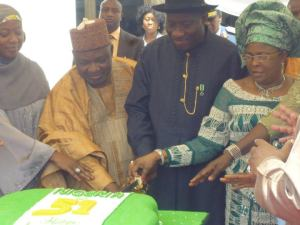 Cutting Nig51 cake